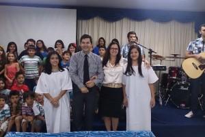 Pastor Euller e Roseli juntos com Milena e Natália.